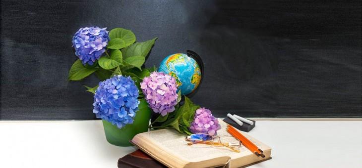 Выставка творческих работ «Подарок учителю»